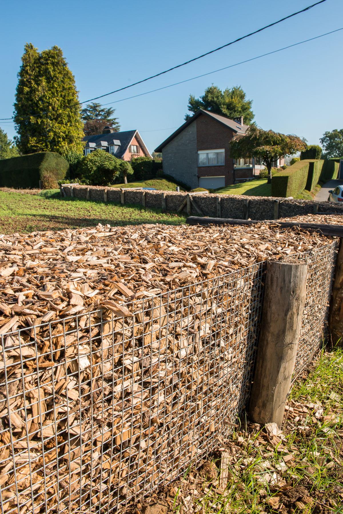 De houthakseldam werd ingegraven zodat het water er niet onderdoor kan