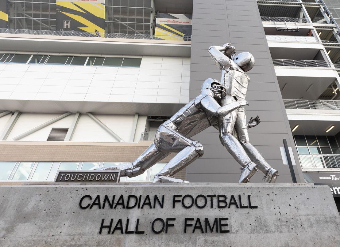 La statue ''The Touchdown'' à l'extérieur du Terrain Tim Hortons. Crédit photo : Kevin Sousa/LCF.