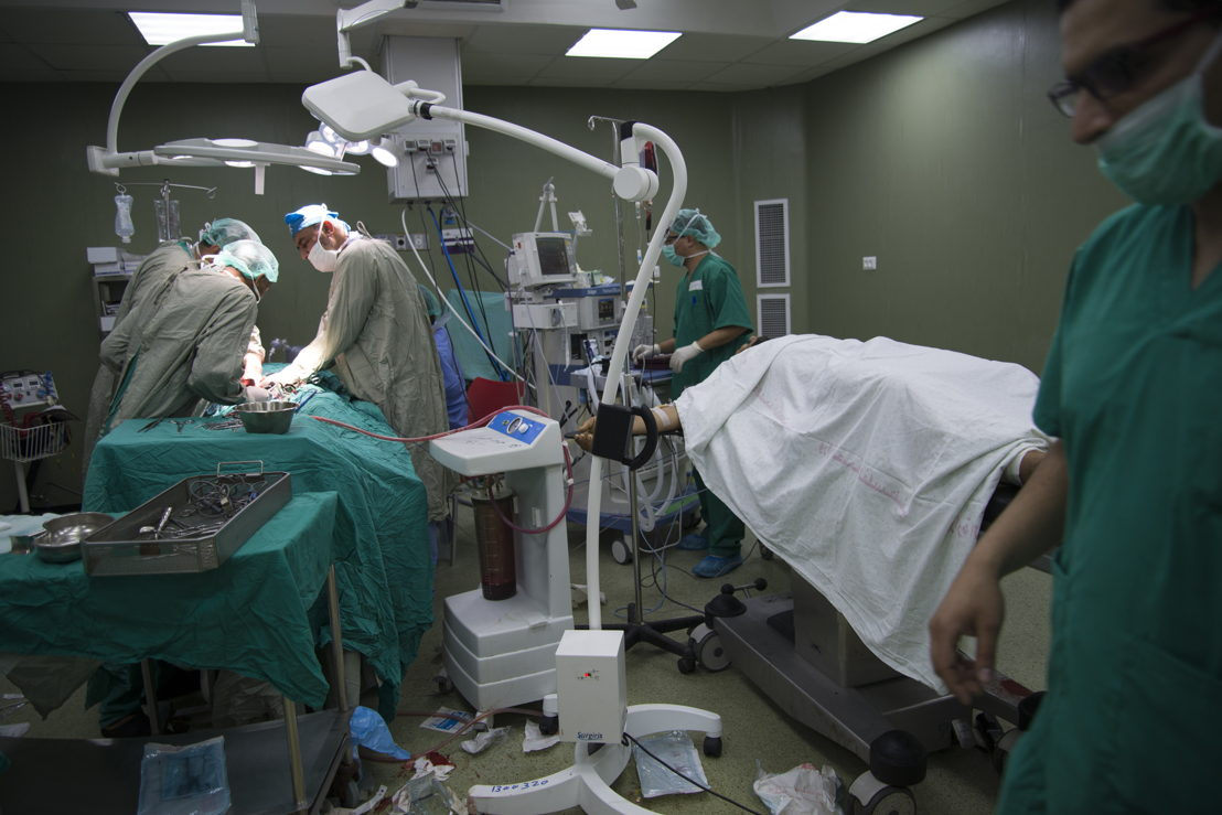Two surgeries going on in one OT in Al-Aqsa hospital. Photographer: Aurelie Baumel