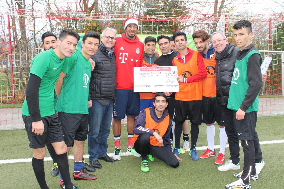 Die Siegermannschaft FC Bayernkaserne freute sich über die prominente Mannschaftsverstärkung durch Jérome Boateng (Mitte).  Rüdiger Heid (2.v.r.) dankte Gernot Weigl (links neben Boateng) für die Unterstützung