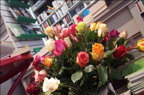 Welttag des Buches 2018: Auch Hugendubel-Filialen verteilen deutschlandweit Rosen