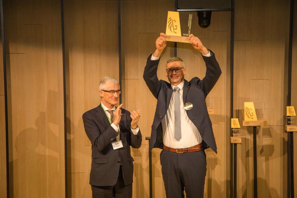 Vlaams Minister-President Geert Bourgeois (l.) overhandigde de Lifetime Achievement Trophy voor Pfizer aan Luc Van Steenwinkel (r.), Site Leader van de productie- en verpakkingssite van Pfizer in Puurs.