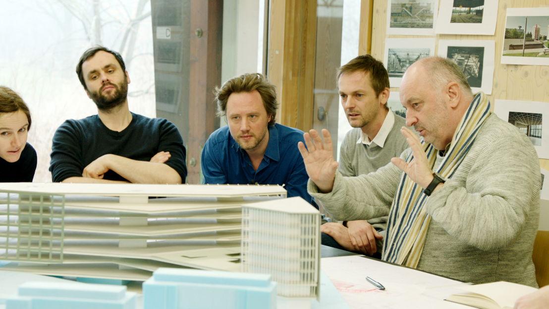 Het team van Robbrecht & Daem en Dierendonckblancke architects met een maquette van het winnende project - (c) VRT