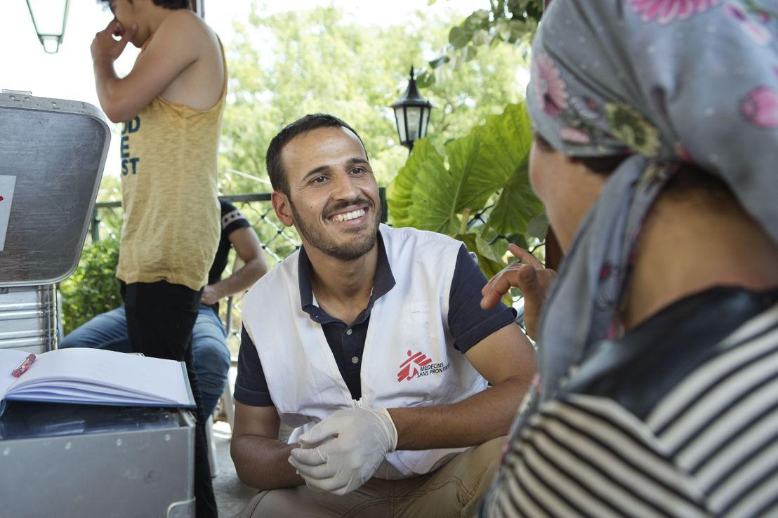 Evzonoi. Grèce. Le docteur Hassan de MSF en consultation avec une patiente syrienne.
