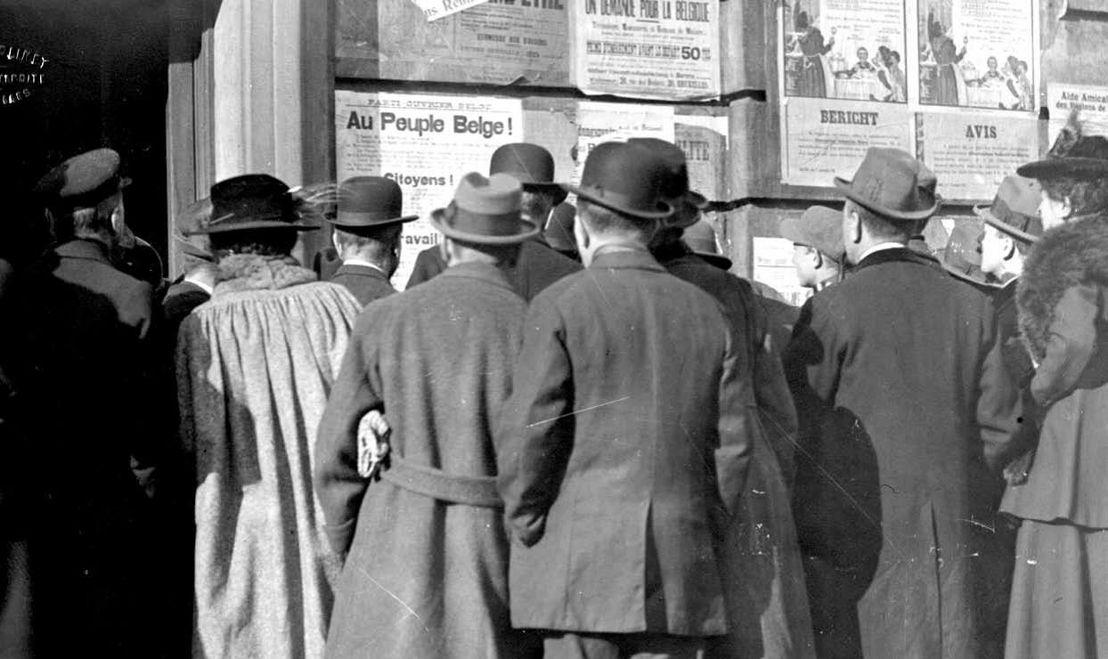 Citoyens devant les affiches de guerre (copyright : les Archives de l'Etat en Belgique