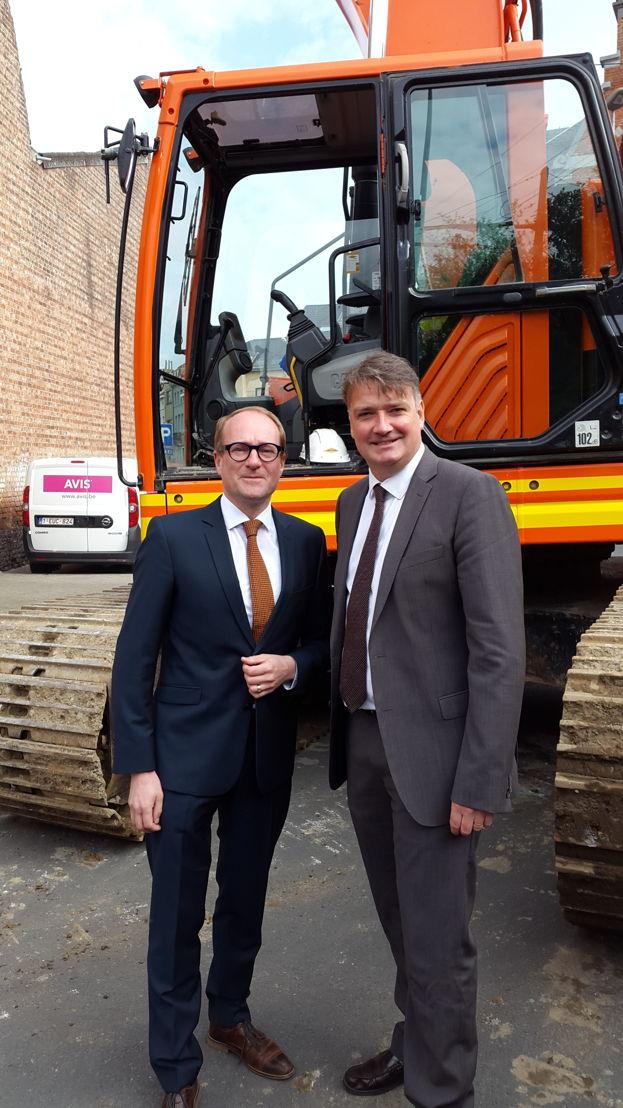 Vlaams minister van Mobiliteit Ben Weyts en directeur van De Lijn Vlaams-Brabant kijken uit naar de realisatie van een nieuw busstation