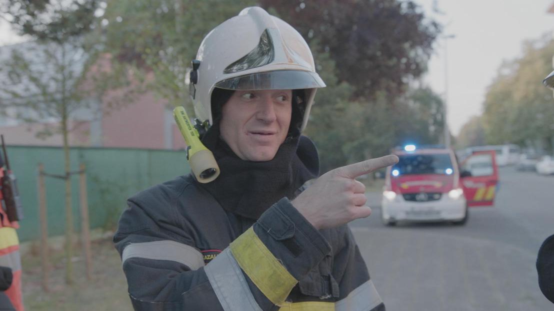 Jani komt voor hete vuren te staan bij de brandweer