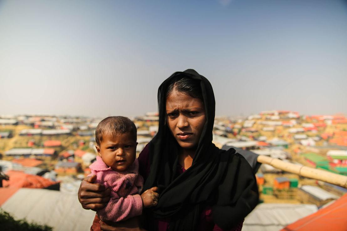 야신 타라 (20세)와 생후 10개월 된 딸 아스마는 지난해 9월부터 방글라데시에서 난민으로 살고 있다. 미얀마군이 집을 태워버리고 가축을 훔쳐갔다고 한다. 아스마는 폐렴에 걸려 열이 높다. Mohammad Ghannam/국경없는의사회