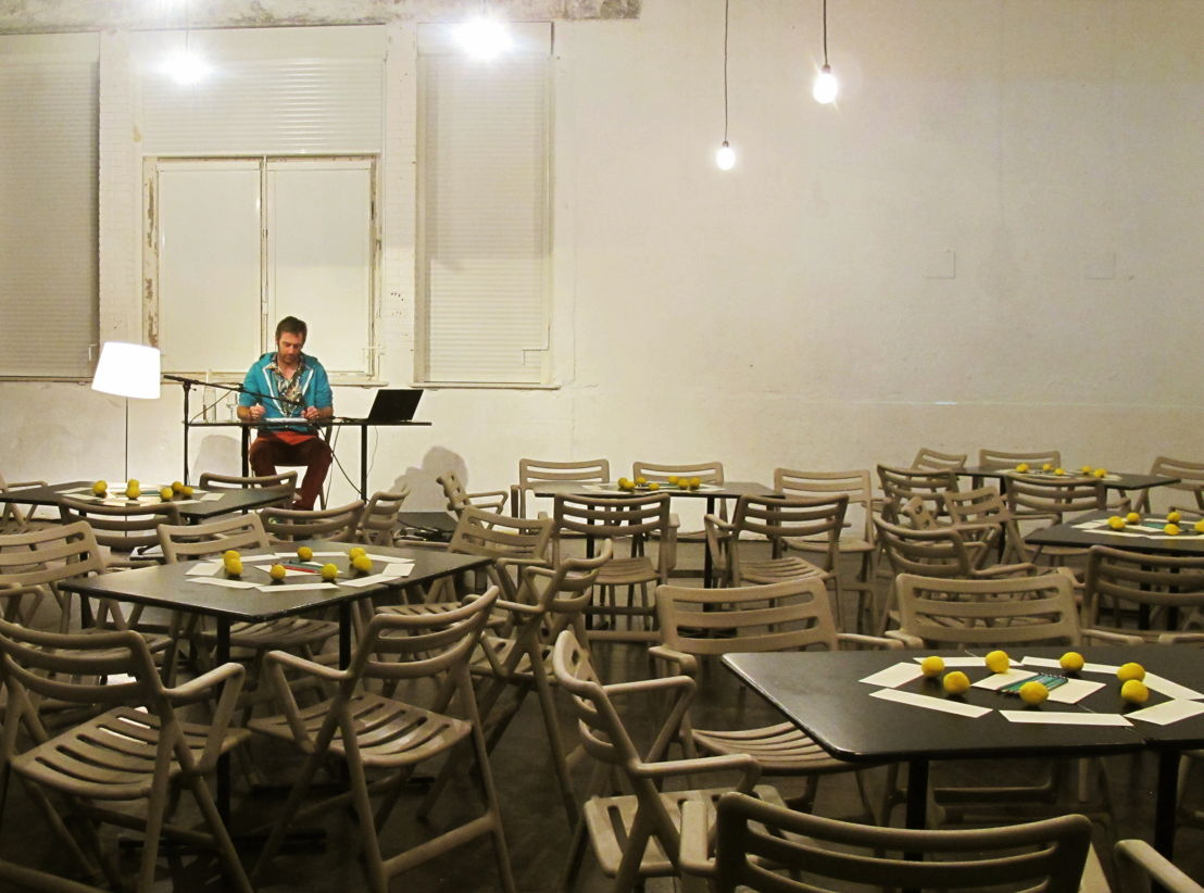 """25 & 26.11 - 2 & 3.12 - 7 & 8.12 - Julien Fournet - """"Amis, il faut faire une pause"""" / """"Vrienden, het is tijd voor een pauze"""" - foto: Amicale de production"""