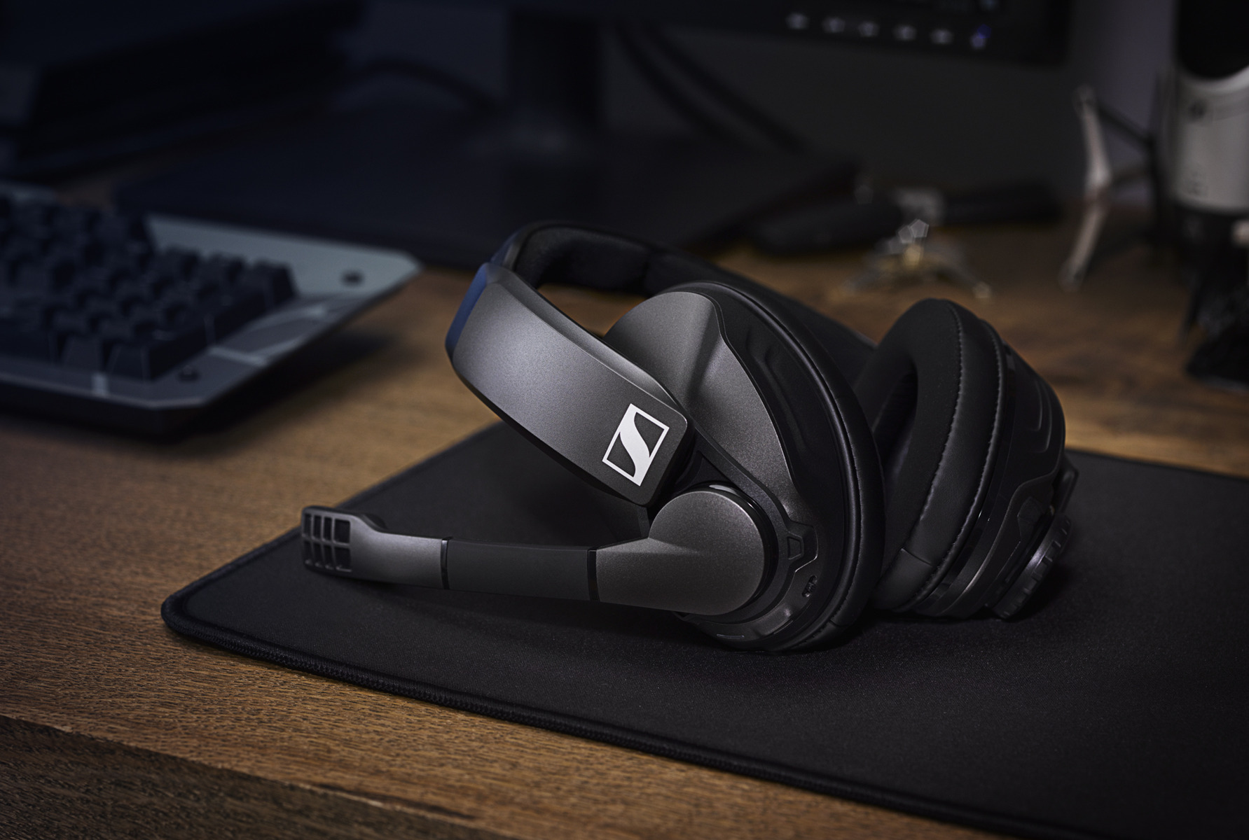 UP TO 100 HOURS OF WIRELESS GAMING