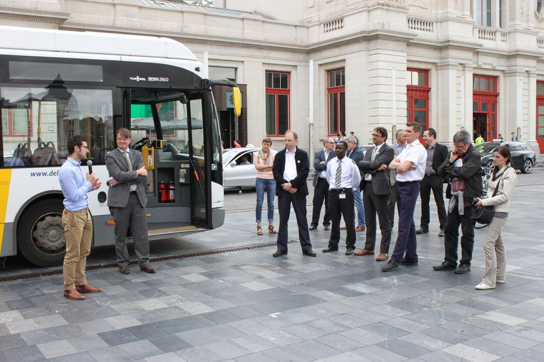 Schepen van Leefmilieu Ridouani bedankt in naam van de stad Leuven de buschauffeurs voor hun inspanningen om ecologisch te rijden.