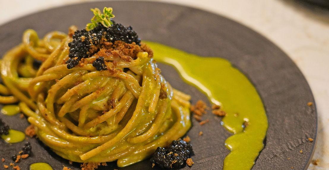 Spaghetto integrale in infusione di aglio, olio<br/> e prezzemolo piccante con agone di lago essiccato e caviale Arenka