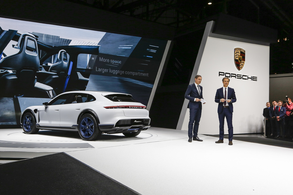 Salón del Automóvil de Ginebra 2018: Oliver Blume, Presidente del Consejo Directivo de Porsche AG, y Michael Mauer, Vicepresidente de Style Porsche, presentando el estudio conceptual Mission E Cross Turismo