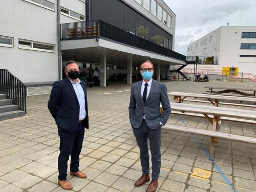 Minister Weyts heropent 2de en 3de graad secundair onderwijs tijdens bezoek aan De Wijnpers in Leuven