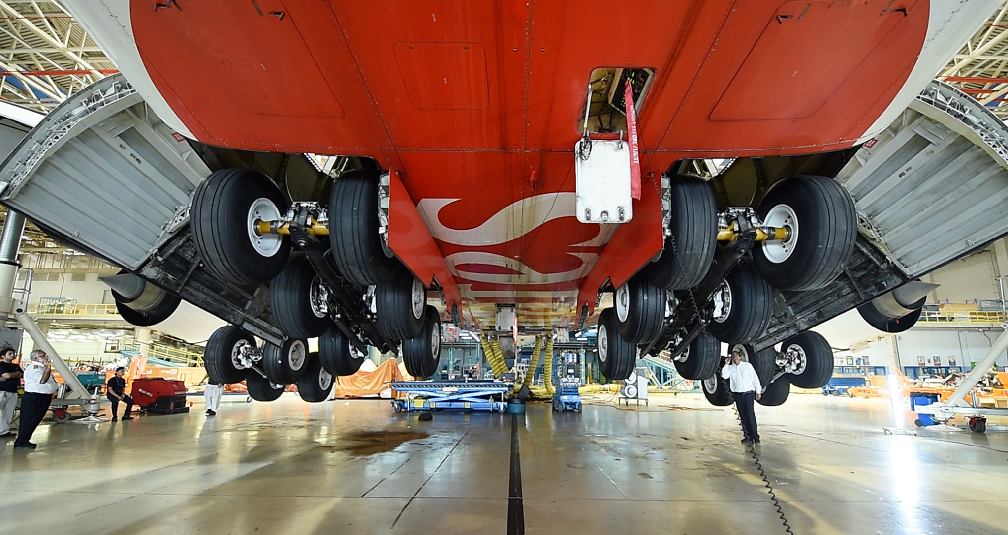 Emirates Engineering executes first complete landing gear change for