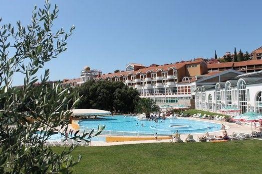 Een foto van een hotel uii een vakantiefolder...