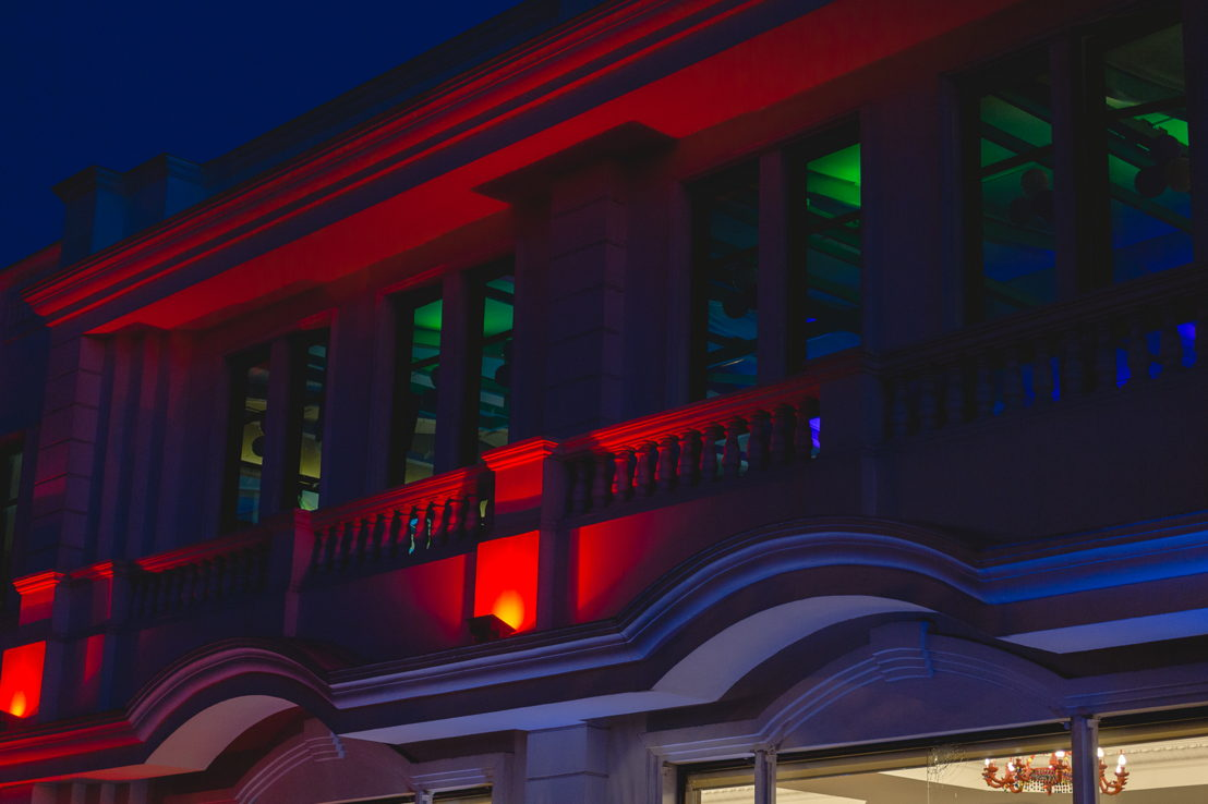 Hermosa fachada nocturna