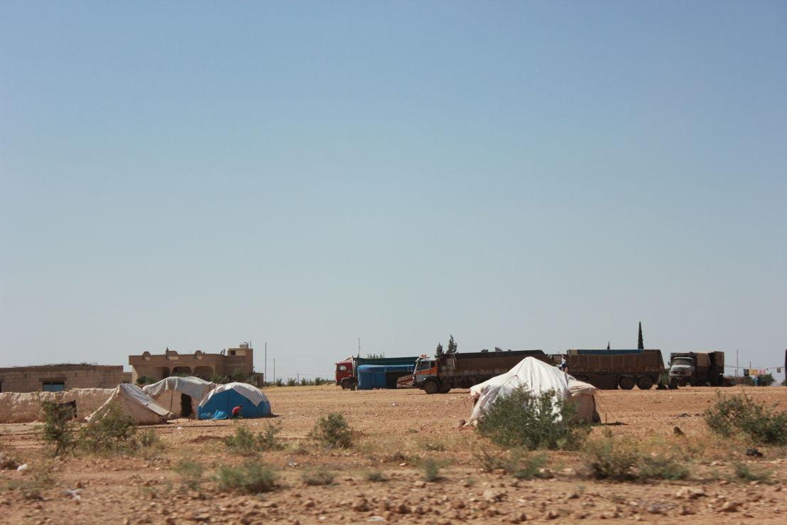 Tenten staan overall rond nabij Menbij in Noord-Syrië. Families proberen een plekje te veroveren in afwachting tot de situatie weer beter wordt