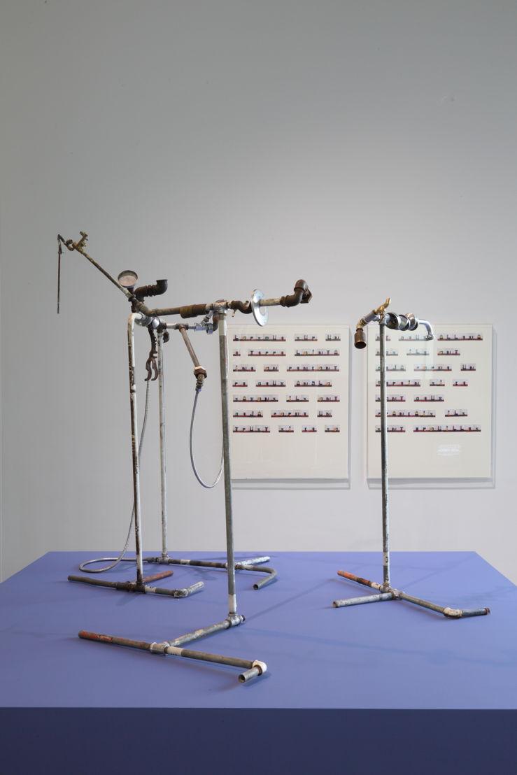 Plumber Assemblage, 2015 © Yto Barrada. Courtesy Sfeir-Semler Gallery, Hamburg/Beirut; Pace Gallery, Londen; Galerie Polaris, Parijs<br/>En arrière: <br/>Untitled (Maréchal Lyautey Quotes Series), 2015, © Yto Barrada. Courtesy Pace Gallery, Londen; Sfeir-Semler Gallery Hamburg/Beirut; Galerie Polaris, Parijs<br/>&quot;Lorsque sur une terre lointaine on rencontre 2 anglo saxons ils ont déjà formé un trust si ce sont 2 allemands ils ont déjà formé un verein si ce sont 2 français ils sont brouillés&quot;