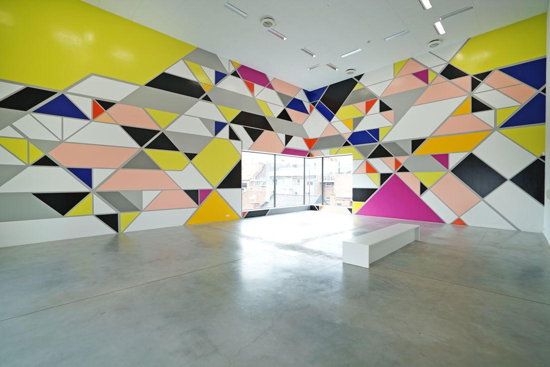 Muurschildering: Sarah Morris. Maqta [Abu Dhabi], M - Museum Leuven<br/>(c) Parallax Studio