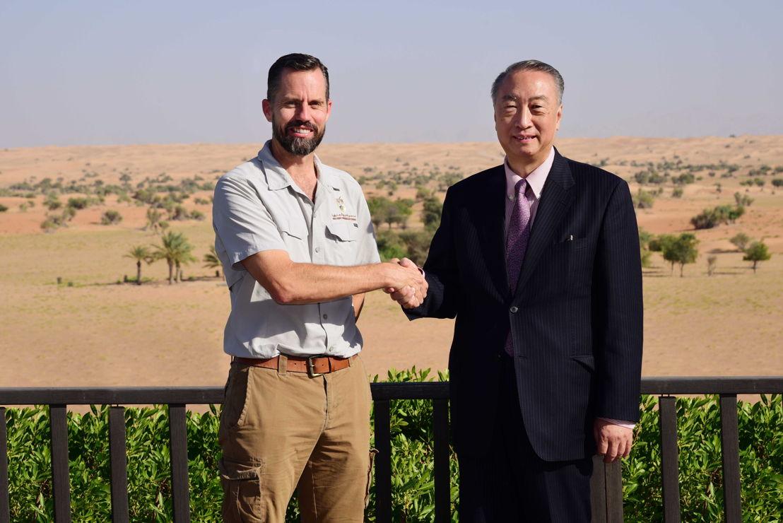 رئيس الاتحاد الدولي لحماية الطبيعة IUCN جيانج شينشينغ، برفقة جريج سيمكينز، مدير محمية دبي الصحراوية، خلال زيارة المسؤول الدولي للمحمية.