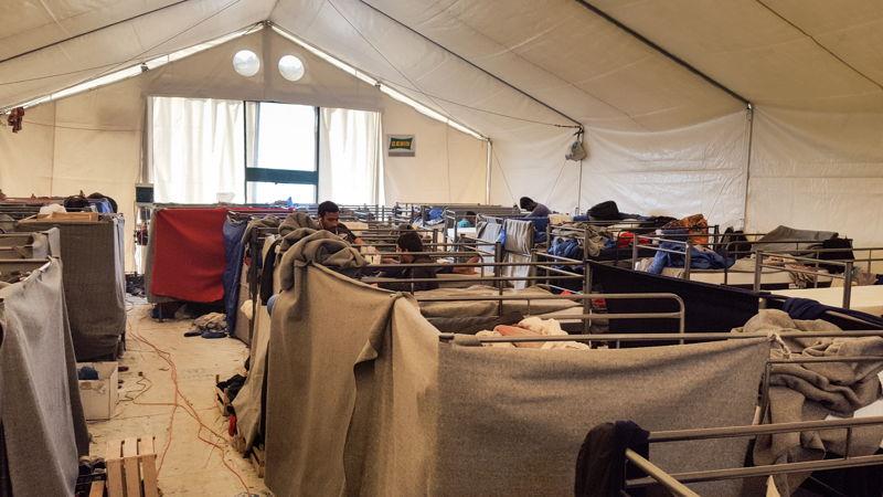 방글라데시와 파키스탄에서 온 난민 80여 명이 이 텐트 안에서 거주하고 있다. ⓒMSF