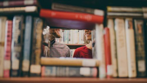 Aplicativo de relacionamento lança campanha para incentivar mulheres a escolherem parceiros pela sua personalidade ao invés da aparência