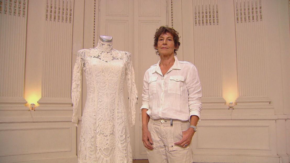Anniek met antiek trouwkleed
