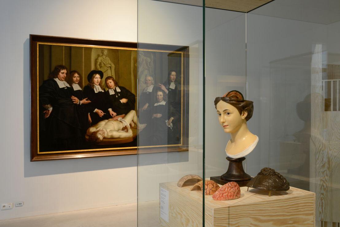 Buste de femme van André-Pierre Pinson en schilderij 'Anatomische les van dr. Frederik Ruysch' van 'Adriaen Backer (c) Isabelle Arthuis