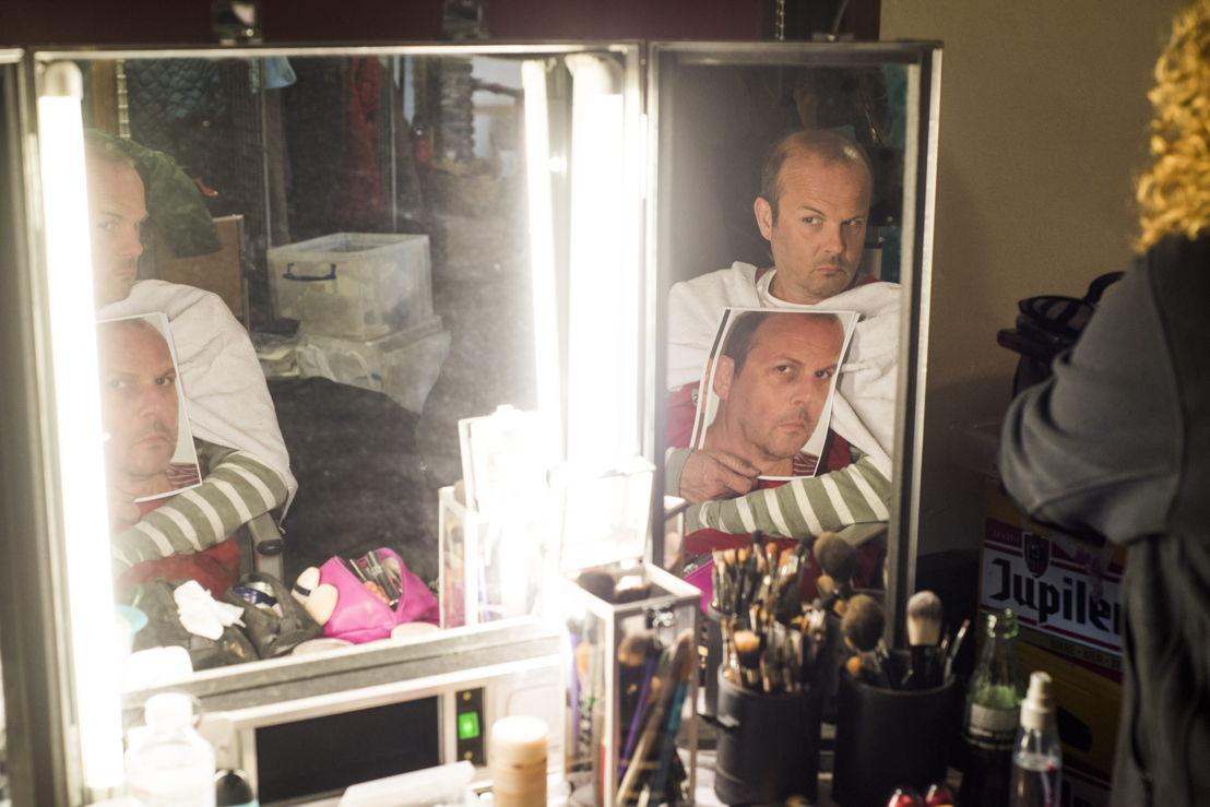 Bart Van Avermaet krijgt een laagje make-up (c) Alex Vanhee/ VRT
