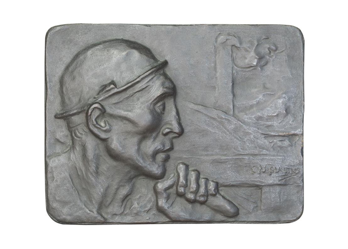 Gedenkplaat van een mijnwerker gefabriceerd voor een Antwerpse kolenhandelaar (Edouard Taymans)][Titel gegeven door Allan Sekula ], brons, 1904, 16,7 x 21,5 x 0,4 cm. Aangekocht door Allan Sekula via eBay op 13 juni 2010. ©The Estate of Allan Sekula. <br/>©Foto: Ina Steiner. Collectie M HKA, Antwerpen.