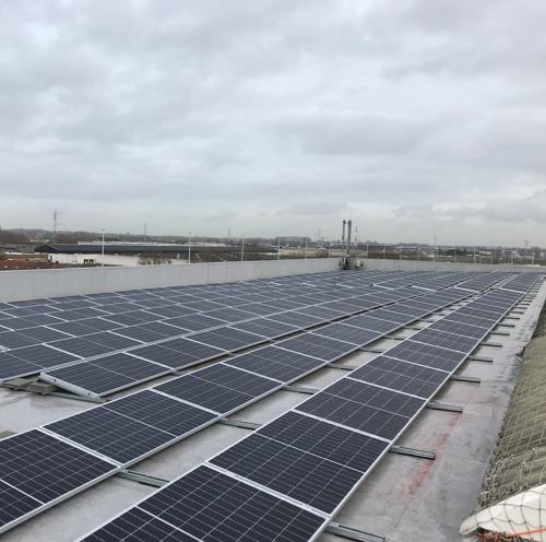 Le toit d'Isomo à Courtrai recouvert de 2046 panneaux solaires d'Insaver, filiale de Luminus