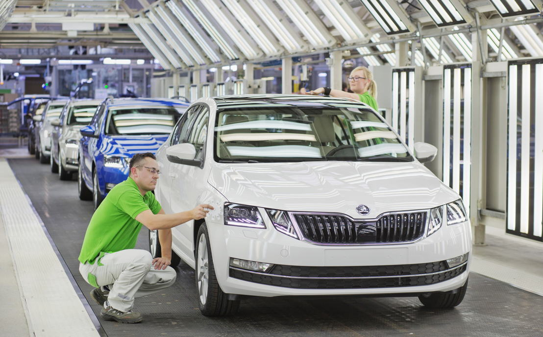 The ŠKODA OCTAVIA is now available with newly designed front and rear sections, as well as numerous attractive features. These include, among other things, headlights with full LED technology and other innovative solutions for safety and comfort.