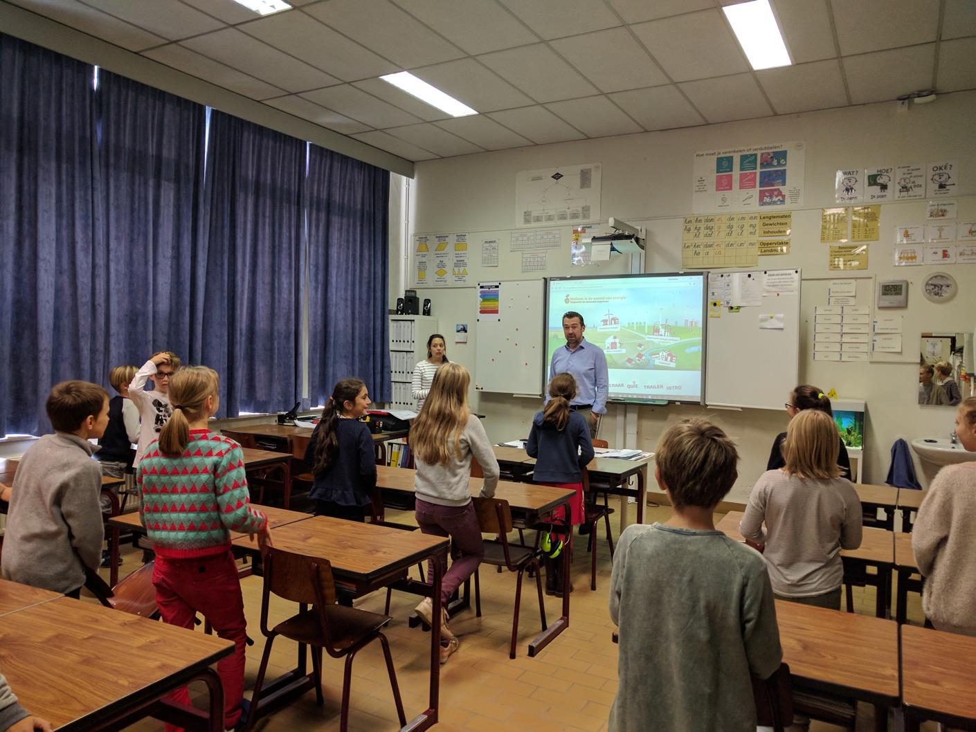 Un fournisseur d'énergie apprend l'énergie durable aux enfants