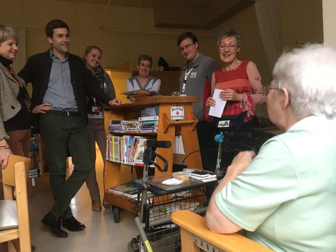 Arnaud Hanset helpt mee in zorgbib in Geraardsbergen