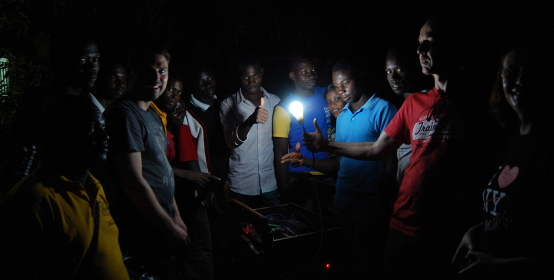 Elektriciteit voor Afrikaanse dorpen met slim Belgisch zonne-energiesysteem.