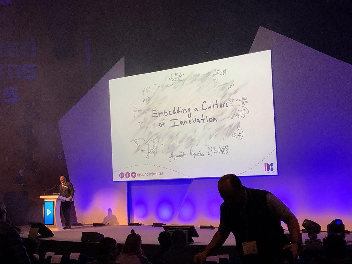 Mike Blackman, Managing Director der Integrated Systems Events, stellt Duncan Wardle dem Publikum auf der ISE 2020 vor. Foto von Andrea Glang-Tossing