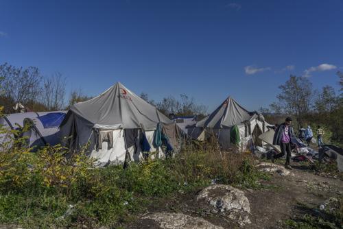 Violence, froid et maladie : voici la réalité de centaines de migrants et demandeurs d'asile bloqués en Bosnie (vidéo + photos)