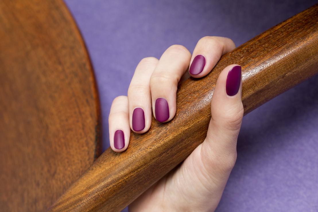 Plongez dans un monde de nostalgie avec des ongles aux couleurs de l'automne : look rétro et tenue record !