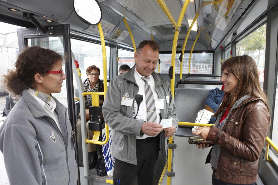 Een controleur checkt of de reizigster een geldig vervoerbewijs heeft. (foto: Stefaan Van Hul)