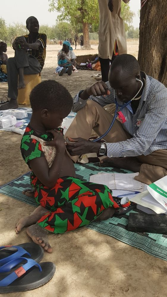 Richard, MSF Community health worker, is consulting a 4 years old girl suffering from malnutrition. Nicolas Peissel/MSF