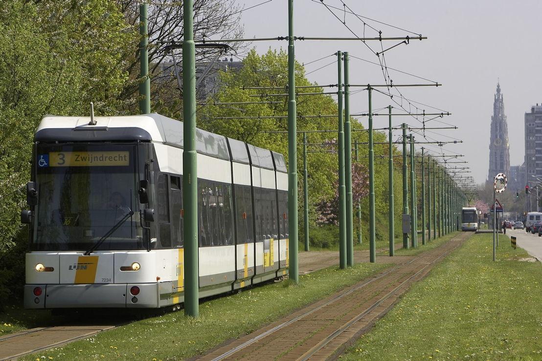 Hermelijntram op de Antwerpse Linkeroever (foto: Stefaan Van Hul)