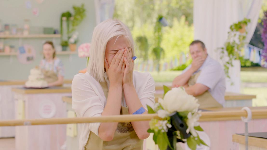 Groot drama in Bake Off: spectaculaire bloementaart gaat tegen de grond