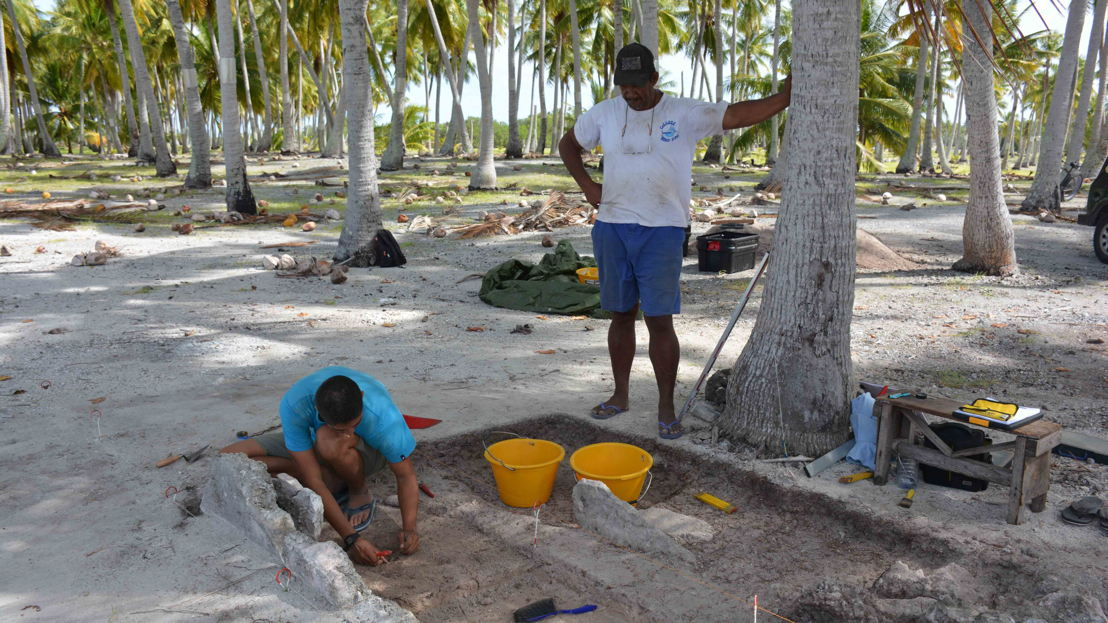 Dr Guillaume Molle and Fakahina inhabitants participating in the excavations. Image: ANU