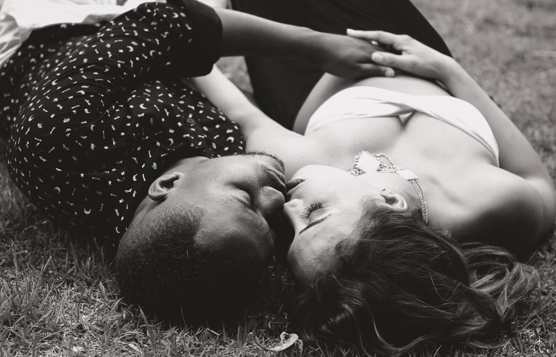 Dia do Solteiro: pesquisa exclusiva do AdoteUmCara revela que 84% das mulheres topariam sexo na primeira noite