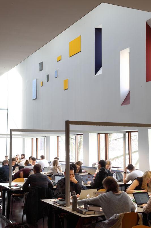 Installation view of the exhibition &#039;Entre nous quelque chose se passe...&#039; in the Library of the Faculty of Law, KU Leuven.<br/>Artist and work: Phillipe Van Snick, Symmetrische en asymmetrische reeks (Geel) (1987-1988)<br/>Photo © Dirk Pauwels