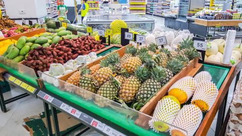 Экзотические фрукты и шоколадки: что еще покупают россияне в супермаркетах за границей