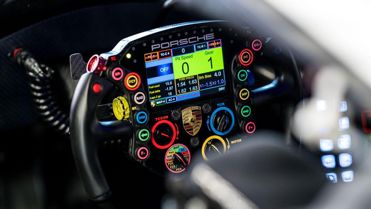 Los pilotos del último Porsche 911 RSR tienen a su disposición 30 funciones en el volante.