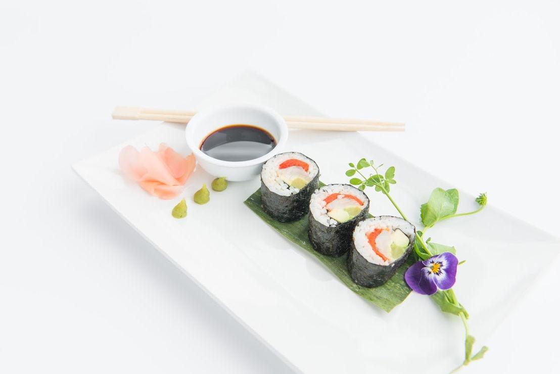 Bottarga - Sushi van gemarineerde makreel vergezeld van wakamé, Japanse radijs en wasabi.