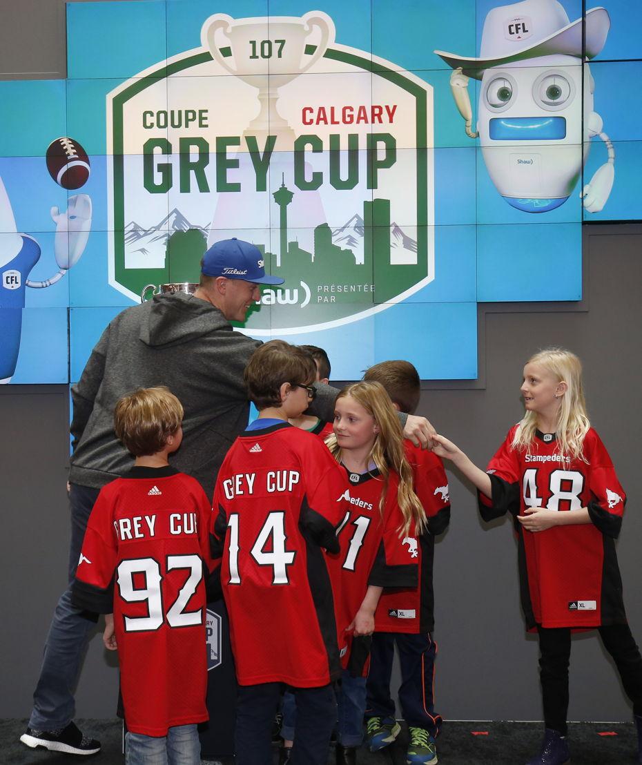 Le quart-arrière des Stampeders de Calgary Bo Levi Mitchell rencontre de jeunes partisans. Photo : Todd Korol/LCF.ca